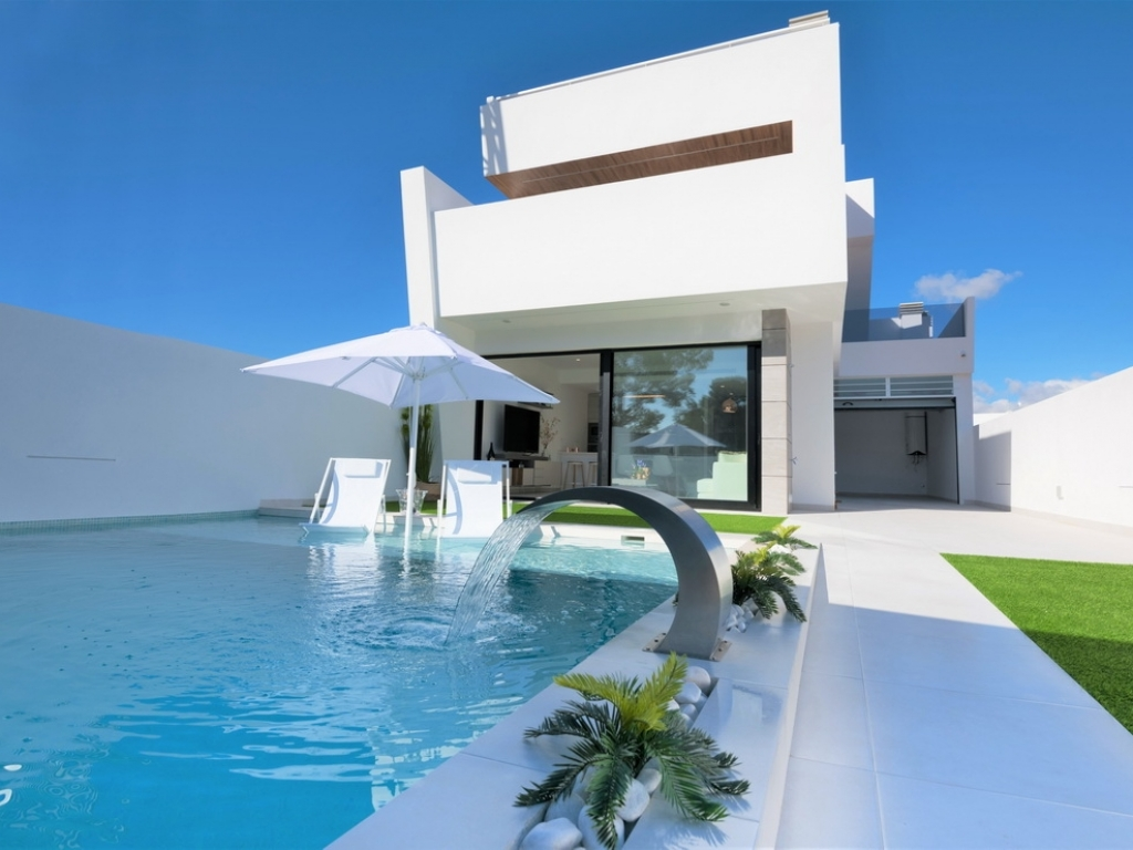 3 bed 2 bath semi-detached Modern Villa with pool and south facing