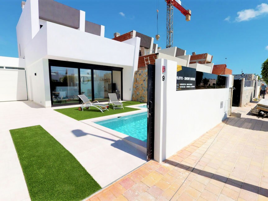 3 bed 2 bath Modern Villa with pool and south facing